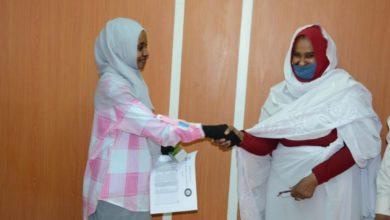 صورة دعم نقدي لـ «550» عاملة بالقطاع غير المهيكل في الخرطوم