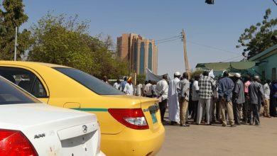 صورة محتجون يغلقون طرقاً تؤدي إلى مقار الجيش وسط العاصمة السودانية