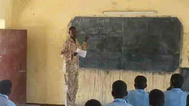 صورة صورة جندي سوداني يدرس تلاميذ بـ «الفشقة» تنال اعجاب رواد مواقع التواصل الاجتماعي