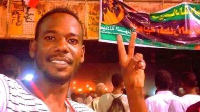 صورة شاعر سوداني يمثل امام القضاء بسبب بلاغ من مجلس السيادة
