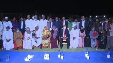 صورة رئيس الوزراء السوداني يشارك أسر شهداء «عطبرة» افطارا رمضانيا