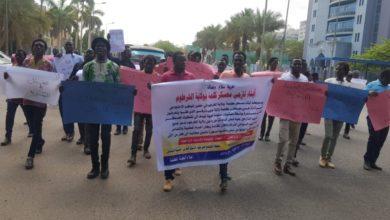 صورة محتجون بالعاصمة السودانية يطالبون بوقف (الهجمات المدبرة) ضد نازحي دارفور